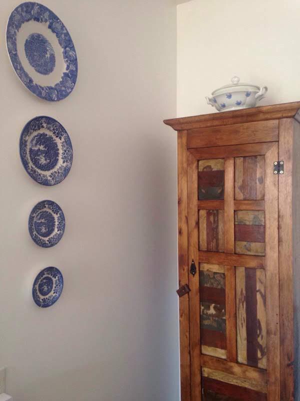 Composição com pratos na parede