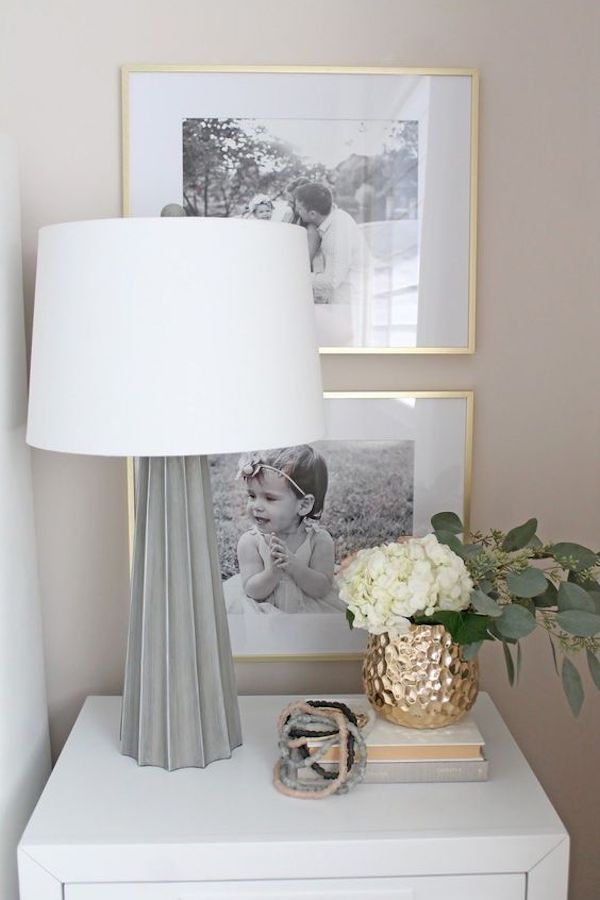 decoração com fotos no quarto mesa de cabeceira